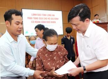Phó Bí thư Thường trực Tỉnh ủy thăm, tặng quà gia đình chính sách huyện Cần Đước
