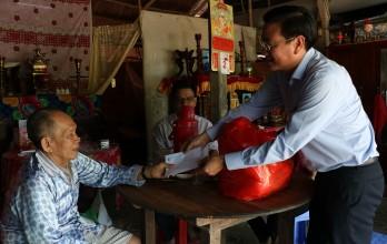 Sở Tài nguyên và Môi trường thăm, tặng quà gia đình có công