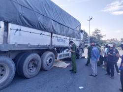 Xe tải cuốn xe máy vào gầm, 2 người tử vong tại chỗ