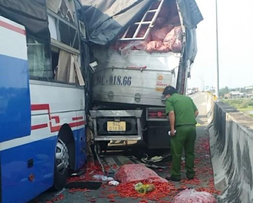 Xe khách tông xe tải trên cao tốc khiến 1 người tử vong