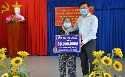 Phó Bí thư Thường trực Tỉnh ủy tặng quà cho gia đình chính sách, hộ nghèo khó khăn