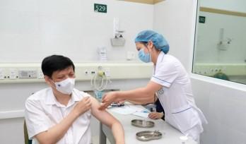 Bộ trưởng Bộ Y tế Nguyễn Thanh Long tiêm vaccine COVID-19 của AstraZeneca