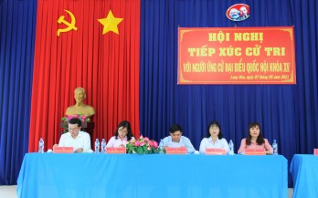 Ứng cử viên đại biểu Quốc hội tiếp xúc cử tri tại huyện Cần Đước