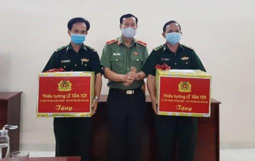 Đoàn Công tác Bộ Công an thăm, tặng quà Đồn Biên phòng Cửa khẩu Mỹ Quý Tây và Mỹ Thạnh Tây
