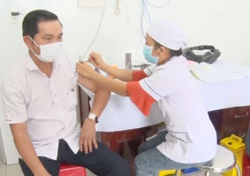 Đức Hòa, Cần Giuộc, Thủ Thừa tổ chức tiêm vắc-xin phòng Covid-19
