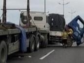 Xe đầu kéo và xe tải va chạm trên cao tốc Trung Lương - TP.HCM, 2 người bị thương